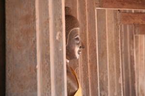 Bouddha qui joue à cache-cache entre les colonnes de Wat Sisaket