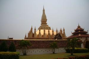 Pha That Luang dissimulé derrière son épaisse enceinte, censée le protéger contre les envahisseurs