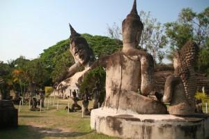 En arrière-plan, un Bouddha couché d'une vingtaine de mètres de long