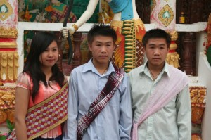 Une petite photo souvenir devant le temple; Bonne année 2554!
