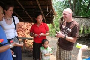 D'autres touristes, par notre présence alertés, entamèrent la discute avec Maître Christophe