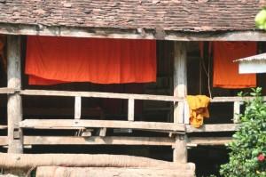 Du linge qui pend dans le monastère, à l'arrière de vat Aham