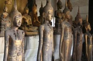 """Rangée de Bouddhas """"appelant la pluie"""" (bras le long du corps)"""