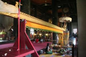 La gouttière sacrée dans laquelle les fidèles versent l'eau qui ondoie le Bouddha qui se trouve à l'autre bout