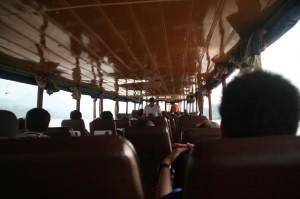 L'intérieur du bateau; les sièges ont été récupérés dans des cars, camionnettes, etc.