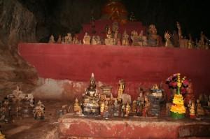 Chaque année, les fidèles viennent apporter un bouddha pour s'attirer la chancce