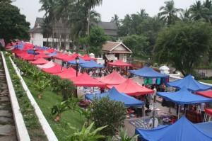 18:00: le marché de nuit se met en place dans la rue prncipale, à hauteur du palais royal