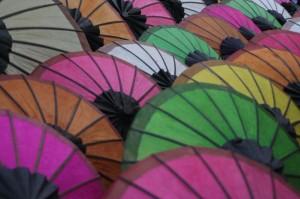 Ombrelles au marché de nuit