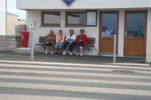 4 mamies sur le banc de la capitainerie