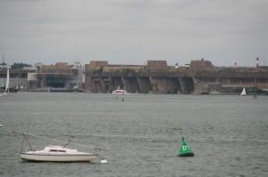 Depuis Port-Louis, on aperçois la base de sous-marins de Lorient, datant de la WWII